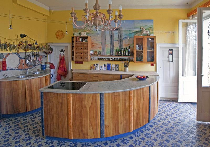Landhausküche mit Marmor